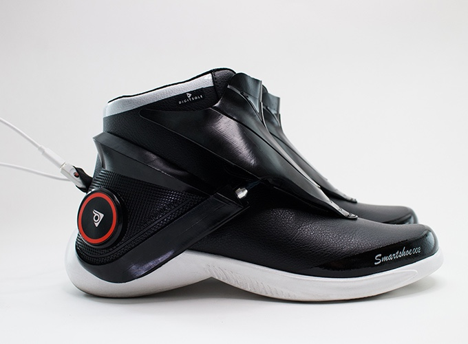 dacf44fdf54c43 A pair of Smartshoes comes with a dual charging Micro USB cable. The charge  time ranges from 1.5 hours using the  Quick Charge  option to 3 hours with  ...